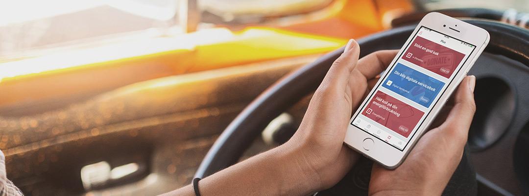 Person kollar på e-Boks appen i en bil